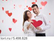 Купить «Влюбленная молодая пара с красным сердцем на День святого Валентина», фото № 5498828, снято 22 ноября 2013 г. (c) Raev Denis / Фотобанк Лори