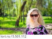 Купить «Портрет блондинки в солнцезащитных очках в парке», фото № 5501112, снято 28 апреля 2013 г. (c) Сергей Сухоруков / Фотобанк Лори