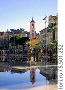 Часовая башня Рюска отражается в водоеме в центре Ниццы (2013 год). Стоковое фото, фотограф Марина Валентиновна Фор / Фотобанк Лори