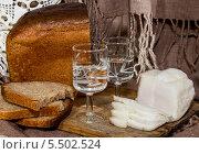 Купить «Хлеб, сало и две рюмки с водкой», фото № 5502524, снято 20 января 2014 г. (c) Наталья Осипова / Фотобанк Лори