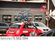 """Автомобиль с велосипедом на крыше в багажнике на дизайн-заводе """"FLACON"""" (2013 год). Редакционное фото, фотограф Алёшина Оксана / Фотобанк Лори"""