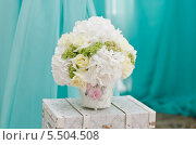Купить «Букет из роз и белой гортензии», фото № 5504508, снято 18 февраля 2018 г. (c) Анна Боровикова / Фотобанк Лори