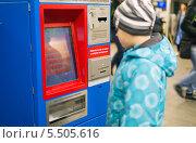 Мальчик покупает билет в автомате  метрополитена Москвы (2013 год). Стоковое фото, фотограф Володина Ольга / Фотобанк Лори