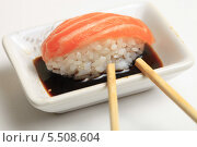 Купить «Суши с лососем в соевом соусе. Японская кухня», эксклюзивное фото № 5508604, снято 20 января 2014 г. (c) Яна Королёва / Фотобанк Лори