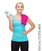 Купить «спортсменка с бутылкой воды и полотенцем на плече», фото № 5510464, снято 7 января 2014 г. (c) Syda Productions / Фотобанк Лори