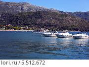 Катера в море, на фоне гор (2013 год). Редакционное фото, фотограф Таисия Флягина / Фотобанк Лори