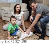 Купить «Взрослые и ребёнок играют дома», эксклюзивное фото № 5521388, снято 5 января 2014 г. (c) Дмитрий Неумоин / Фотобанк Лори