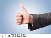 Бизнесмен показывает большой палец, поднятый вверх, на голубом фоне. Стоковое фото, фотограф Viktor Gladkov / Фотобанк Лори