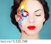 Купить «Портрет девушки с разрисованным лицом», фото № 5525748, снято 18 октября 2019 г. (c) Дарья Петренко / Фотобанк Лори