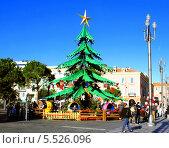 Детская рождественская карусель в виде елки (2013 год). Редакционное фото, фотограф Марина Валентиновна Фор / Фотобанк Лори
