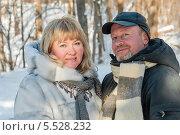 Счастливые женщина и мужчина в лесу зимой. Стоковое фото, фотограф Игорь Низов / Фотобанк Лори