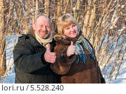 Купить «Счастливая пара. Весёлые женщина и мужчина в лесу показывают что всё будет хорошо», эксклюзивное фото № 5528240, снято 25 января 2014 г. (c) Игорь Низов / Фотобанк Лори
