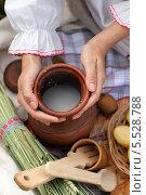 Женские руки с крынкой молока. Стоковое фото, фотограф Виктория Чеканова / Фотобанк Лори