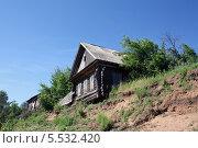 Купить «Дом на обрывистом берегу реки», фото № 5532420, снято 29 июня 2013 г. (c) Бяков Вячеслав / Фотобанк Лори