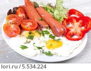 Аппетитный завтрак с яичницой глазуньей и жареными сосисками. Стоковое фото, фотограф Денис Афонин / Фотобанк Лори