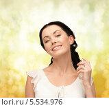 Купить «красивая брюнетка брызгает себе на шею парфюм», фото № 5534976, снято 2 марта 2013 г. (c) Syda Productions / Фотобанк Лори
