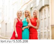 три красивые блондинки на улице города. Стоковое фото, фотограф Syda Productions / Фотобанк Лори