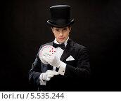 Купить «фокусник достает карту из рукава», фото № 5535244, снято 12 сентября 2013 г. (c) Syda Productions / Фотобанк Лори