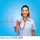 Купить «улыбающаяся чернокожая медсестра слушает фонендоскопом виртуальную кардиограмму», фото № 5535408, снято 12 декабря 2013 г. (c) Syda Productions / Фотобанк Лори