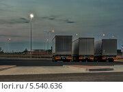 Ночная стоянка большегрузных авто у автотрассы (Польша) (2013 год). Редакционное фото, фотограф Евгений Андреев / Фотобанк Лори