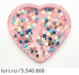 Пуговицы на фоне розового сердца. Стоковое фото, фотограф Ирина Литвин / Фотобанк Лори