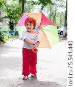 Купить «Двухлетняя девочка с зонтиком идет по улице», фото № 5541440, снято 22 июля 2012 г. (c) Яков Филимонов / Фотобанк Лори