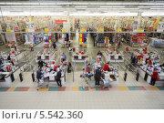 Купить «Люди делают покупки в супермаркете Ашан. Самара», фото № 5542360, снято 5 мая 2012 г. (c) Losevsky Pavel / Фотобанк Лори