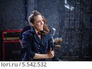 Купить «Молодая певица с микрофоном выступает на сцене», фото № 5542532, снято 26 ноября 2012 г. (c) Losevsky Pavel / Фотобанк Лори