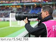Купить «Фотограф работает на футбольном матче у края футбольного поля», фото № 5542768, снято 7 сентября 2012 г. (c) Losevsky Pavel / Фотобанк Лори