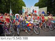 Купить «Участницы женского велопробега Lady on Bicycle в парке Сокольники, Москва», фото № 5543188, снято 5 августа 2012 г. (c) Losevsky Pavel / Фотобанк Лори