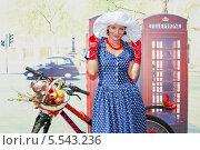Купить «Участница парада Леди на велосипеде в парке Сокольники стоит возле телефонной будки, 5 августа 2012, Москва, Россия», фото № 5543236, снято 5 августа 2012 г. (c) Losevsky Pavel / Фотобанк Лори