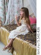 Купить «Маленькая девочка сидит на кровати и зевает», фото № 5543436, снято 3 декабря 2012 г. (c) Losevsky Pavel / Фотобанк Лори