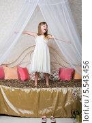 Купить «Девочка зевает, стоя на большой кровати», фото № 5543456, снято 3 декабря 2012 г. (c) Losevsky Pavel / Фотобанк Лори