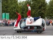 Купить «Команда каскадеров Avtorodeo, Тольятти, трюк на машине едущей на двух колесах, Speedfest, «Лужники», Москва», фото № 5543904, снято 30 июня 2012 г. (c) Losevsky Pavel / Фотобанк Лори