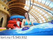 Купить «Улыбающаяся молодая женщина в аквапарке», фото № 5543932, снято 1 июля 2012 г. (c) Losevsky Pavel / Фотобанк Лори