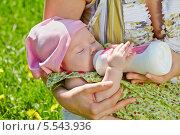 Купить «Новорожденный малыш ест из бутылочки на руках у матери в весеннем парке», фото № 5543936, снято 21 мая 2012 г. (c) Losevsky Pavel / Фотобанк Лори