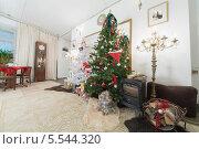 Купить «Рождественская елка и камин в гостиной», фото № 5544320, снято 30 декабря 2012 г. (c) Losevsky Pavel / Фотобанк Лори