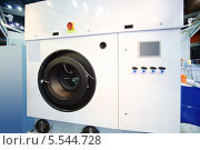 Купить «Большая белая современная промышленная стиральная машина на специальной презентации», фото № 5544728, снято 15 ноября 2012 г. (c) Losevsky Pavel / Фотобанк Лори