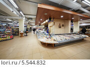 Купить «Посетители в продуктовом супермаркете Бахетле, Москва, Россия», фото № 5544832, снято 8 декабря 2012 г. (c) Losevsky Pavel / Фотобанк Лори