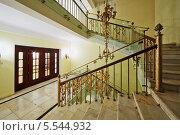 Лестница в старом стиле и освещение в отеле Hilton Ленинградская, 15 ноября 2012 года, Москва, Россия. Редакционное фото, фотограф Losevsky Pavel / Фотобанк Лори