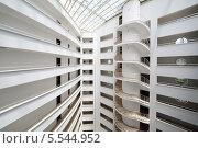 Купить «Балконы и винтовая лестница внутри гостиничного комплекса в Алании, Турция», фото № 5544952, снято 5 июля 2012 г. (c) Losevsky Pavel / Фотобанк Лори