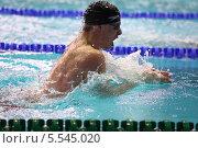 Купить «Спортсмен, плывущий брассом», фото № 5545020, снято 22 апреля 2012 г. (c) Losevsky Pavel / Фотобанк Лори