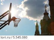 Купить «Баскетбольный мяч летит в корзину возле Кремля», фото № 5545080, снято 26 мая 2012 г. (c) Losevsky Pavel / Фотобанк Лори