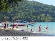 """Отдыхающие на пляже """"Голубая лагуна"""" (Сай Кео, Sai keaw Beach или Военный пляж). Паттайя, Королевство Таиланд (2014 год). Редакционное фото, фотограф Григорий Писоцкий / Фотобанк Лори"""