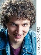 Купить «Портрет красивого кудрявого мужчины», фото № 5546432, снято 21 января 2019 г. (c) Шабанов Дмитрий / Фотобанк Лори