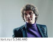 Купить «Портрет молодого кудрявого мужчины», фото № 5546440, снято 21 января 2019 г. (c) Шабанов Дмитрий / Фотобанк Лори