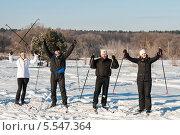 Купить «Радостные двое мужчин и двое женщин на лыжах подняли руки вверх», эксклюзивное фото № 5547364, снято 25 января 2014 г. (c) Игорь Низов / Фотобанк Лори