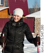 Купить «Весёлая женщина на лыжах на фоне загородного дома», эксклюзивное фото № 5547380, снято 25 января 2014 г. (c) Игорь Низов / Фотобанк Лори