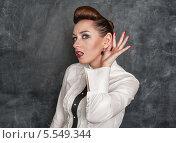 Купить «Девушка подслушивает», фото № 5549344, снято 26 января 2014 г. (c) Darkbird77 / Фотобанк Лори