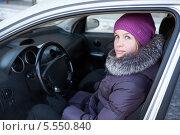 Купить «Девушка в зимней одежде сидит в своем автомобиле», фото № 5550840, снято 31 января 2014 г. (c) Кекяляйнен Андрей / Фотобанк Лори